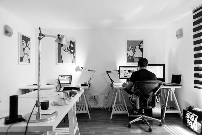 en mand i et kontor