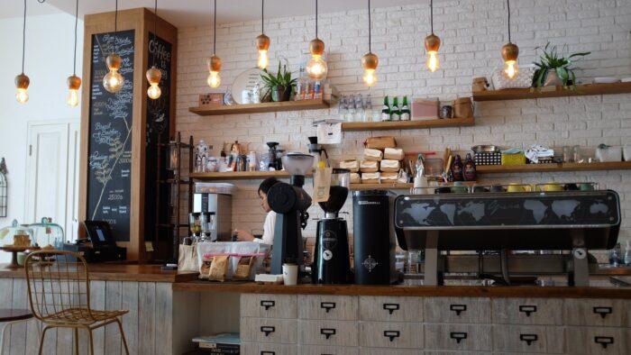 Barista i kaffebar